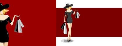 Modefrau, die Einkaufstasche auf rotem Hintergrund hält Lizenzfreies Stockfoto