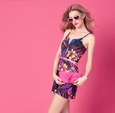Modefrau im modischen Frühlings-Sommer-Blumen-Kleid Stockfotografie