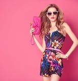 Modefrau im modischen Frühlings-Sommer-Blumen-Kleid Stockfoto
