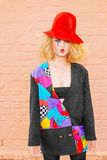 Modefrau im roten Hut Stockbild