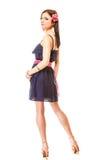 Modefrau im Sommerkleid und -hohen Absätzen Stockfotografie