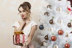 Modefrau im Weihnachten umgebend Lizenzfreies Stockfoto