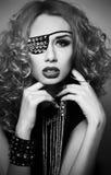 Modefrau mit Verband auf einem Auge Stockfotografie