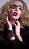 Modefrau mit Verband auf einem Auge. Lizenzfreies Stockfoto