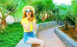 Modefrau sendet einen Luftkuß Lizenzfreies Stockfoto