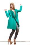 Modefrau in voller Länge im grünen Mantel Stockfotos