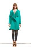 Modefrau in voller Länge im grünen Mantel Lizenzfreies Stockfoto