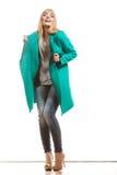 Modefrau in voller Länge im grünen Mantel Lizenzfreie Stockbilder