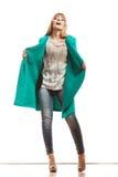 Modefrau in voller Länge im grünen Mantel Lizenzfreies Stockbild