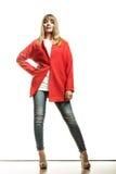Modefrau in voller Länge im roten Mantel Stockbild