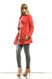Modefrau in voller Länge im roten Mantel Lizenzfreie Stockbilder