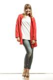 Modefrau in voller Länge im roten Mantel Lizenzfreies Stockbild