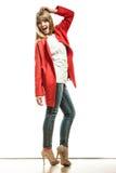 Modefrau in voller Länge im roten Mantel Lizenzfreie Stockfotografie