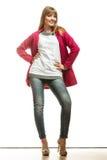 Modefrau in voller Länge im roten Mantel Stockfoto