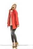 Modefrau in voller Länge im roten Mantel Stockfotografie