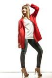 Modefrau in voller Länge im roten Mantel Lizenzfreie Stockfotos