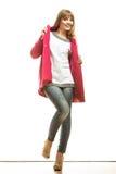 Modefrau in voller Länge im roten Mantel Lizenzfreies Stockfoto
