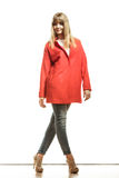 Modefrau in voller Länge im roten Mantel Stockbilder