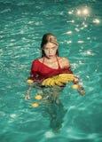 Modefrauenkörper Frau entspannen sich im Badekurortpool Sommerferien und -reise zum Ozean Vitamin in der Banane am Mädchen, das n Lizenzfreie Stockfotos