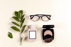Modefrauenkleidungssatz und -Zubehör Vanille-Pastellfarben Stockbilder
