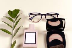 Modefrauenkleidungssatz und -Zubehör Vanille-Pastellfarben Stockfoto