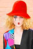 Modefrauenporträt im roten Hut Stockfotografie