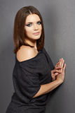 Modefrauenporträt im Schwarzen Lizenzfreie Stockbilder