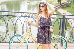 Modefrauenreise bei Europa durch Stadtweinlesefahrrad Lizenzfreies Stockfoto
