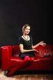 Modefrauenretrostil mit Tablette Lizenzfreie Stockfotografie