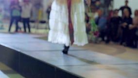 Modegeschäft und -art, Modell in den hohen Absätzen, die entlang Brücke gehen, Mädchen im Abendkleid und Schuhe gehen auf Podium stock video footage