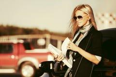 ModeGeschäftsfrau in der Sonnenbrille nahe bei ihrem Auto Lizenzfreie Stockfotografie