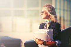 ModeGeschäftsfrau in der Sonnenbrille nahe bei ihrem Auto Lizenzfreie Stockbilder