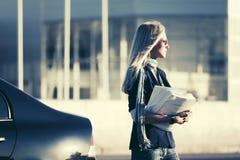 ModeGeschäftsfrau in der Sonnenbrille nahe bei ihrem Auto Stockbilder