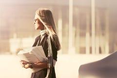 ModeGeschäftsfrau in der Sonnenbrille nahe bei ihrem Auto Lizenzfreies Stockfoto