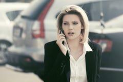 ModeGeschäftsfrau, die auf der Zelle geht in Stadtstraße spricht Lizenzfreie Stockfotos