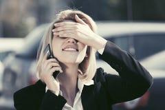 ModeGeschäftsfrau, die auf der Zelle geht in Stadtstraße spricht Lizenzfreie Stockbilder