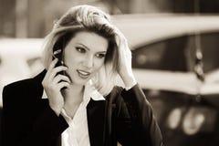 ModeGeschäftsfrau, die auf der Zelle geht in Stadtstraße spricht Stockfoto