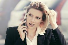 ModeGeschäftsfrau, die um den Handy im Freien ersucht Stockfotografie