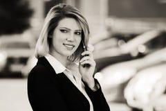 ModeGeschäftsfrau, die um den Handy im Freien ersucht Lizenzfreie Stockfotos