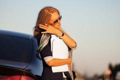 ModeGeschäftsfrau mit Finanzpapieren nahe bei ihrem Auto Stockbilder