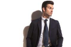 ModeGeschäftsmann, der über Schulter zu seiner Seite schaut Stockfoto
