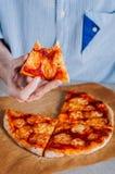 Młodego człowieka łasowania pizza Margherita Obraz Royalty Free