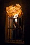 Młodego człowieka dmuchania ogień od jego usta Zdjęcia Royalty Free