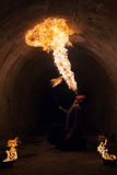 Młodego człowieka dmuchania ogień od jego usta Zdjęcia Stock