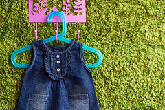 Modegrov bomullstvill behandla som ett barn klänningen Arkivfoto