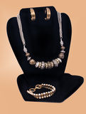 Modehalsband, örhängen och armband Royaltyfri Foto
