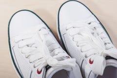 Modeidéer och begrepp Trendiga stilfulla vita Plimsolls Arkivbild