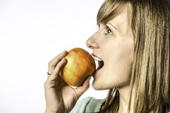 Młodej dziewczyny gryzienie w jabłko Zdjęcia Royalty Free