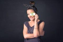 Młodej dziewczyny mienia papier z zielonym dolarowym znakiem Obrazy Royalty Free