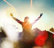 Młodej dziewczyny podesłania ręki z radością i inspiracją Zdjęcia Stock